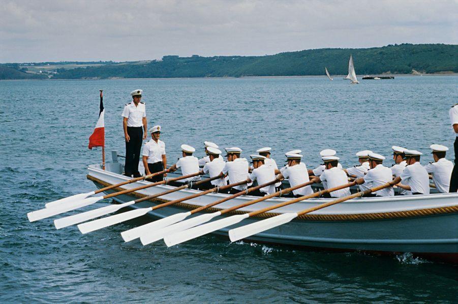 Après trente-quatre ans dans la Royale, le capitaine de vaisseau (2e en partant de la gauche) prend sa retraite. Juillet 1985.