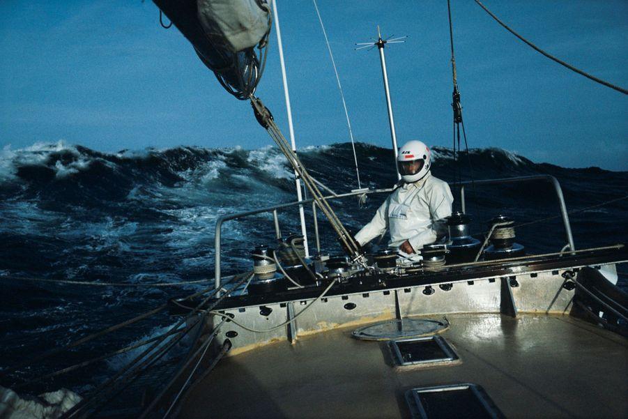 Aux commandes du « Paul Ricard », en mai 1983, sur la Manche.