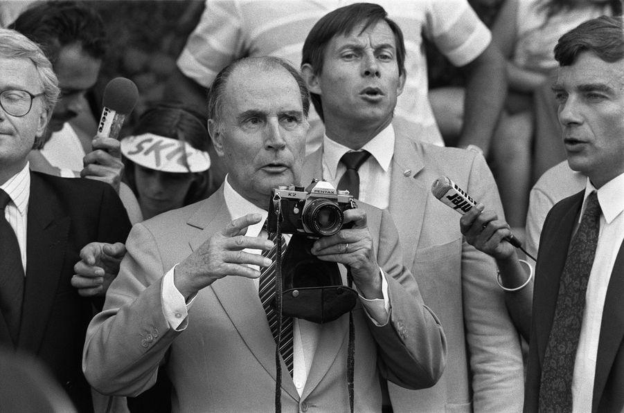 Lors de l'étape entre Morzine et Lans-en-Vercors, le 10 juillet 1985,François Mitterrand se fait déposer en hélicoptère près de Lans-en-Vercors où il photographie le peloton avec son appareil personnel.