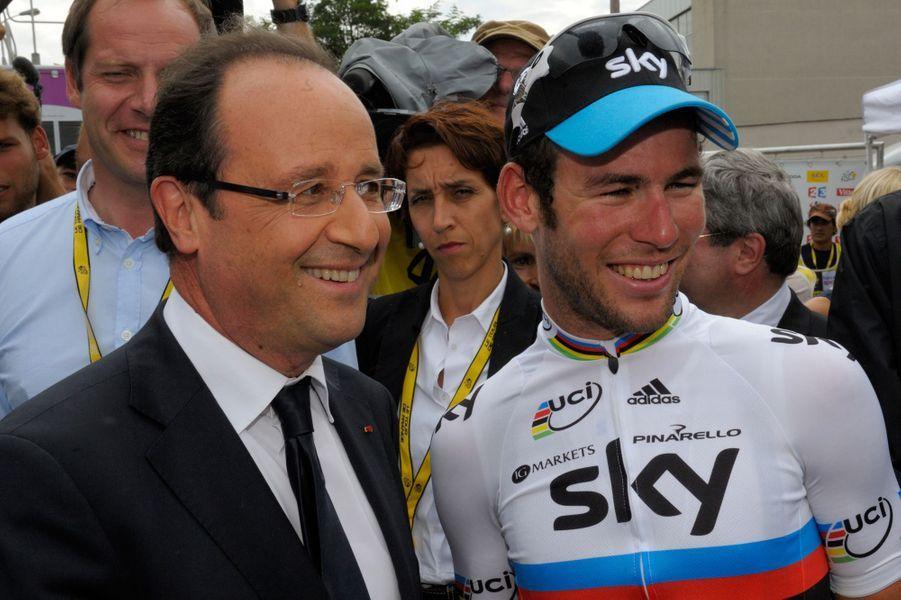 François Hollande pose avec le sprinteur Mark Cavendish vainqueur à Brive-La-Gaillarde, le 20 juillet 2012.