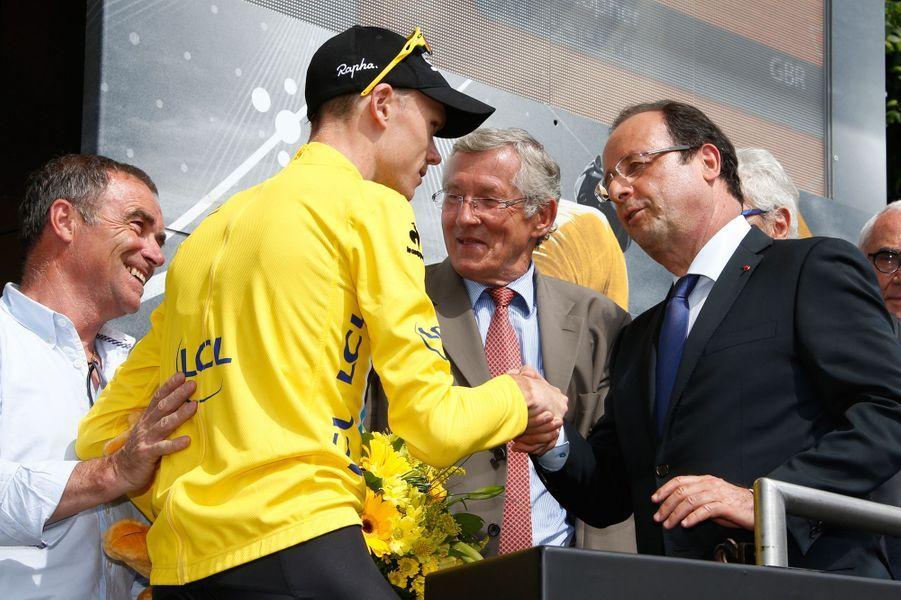 François Hollande sur le Tour 2013, félicitant le maillot jaune Christopher Froome après l'étape Saint-Girons - Bagnères-de-Bigorre le 7 juillet.