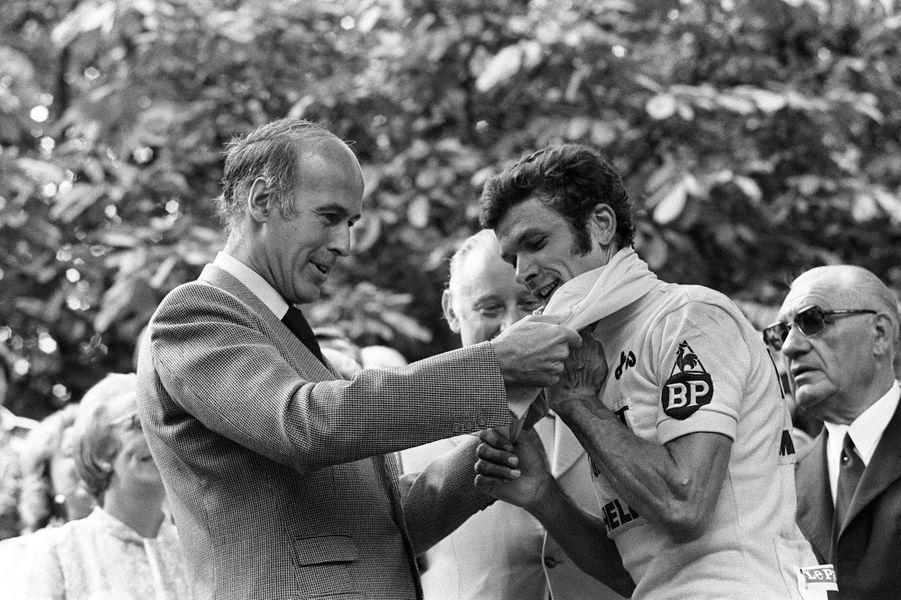Le 20 juillet 1975, le président Valéry Giscard d'Estaing assiste depuis la tribune officielle des Champs-Elysées à la dernière étape du 62ème Tour de France, remportée par Walter Godefroot. Il remet le maillot jaune au vainqueur du TourBernard Thévenet