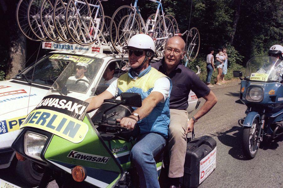 L'ex-chef d'Etat Valéry Giscard d'Estaing suit sur une moto officielle une partie de l'étape du 25 juillet 1986 entreSaint-Etienne et Clermont-Ferrand.