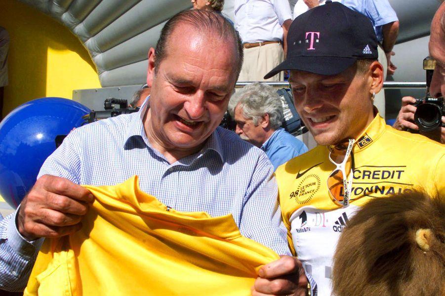Le 18 juillet Jacques Chirac, ici avec le maillot jaune Jan Ullrichet vainqueur de l'étape, est sur ses terres pour suivre le Tour de France. Il assiste au contre-la-montre de 58 kilomètresentreMeyrignac-l'ÉgliseetCorrèze.