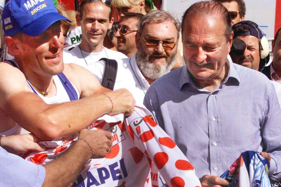 Jacques Chirac, ici avec le maillot à pois Stefano Zanini, assisteau contre-la-montre entreMeyrignac-l'ÉgliseetCorrèze, le 18 juillet 1998.