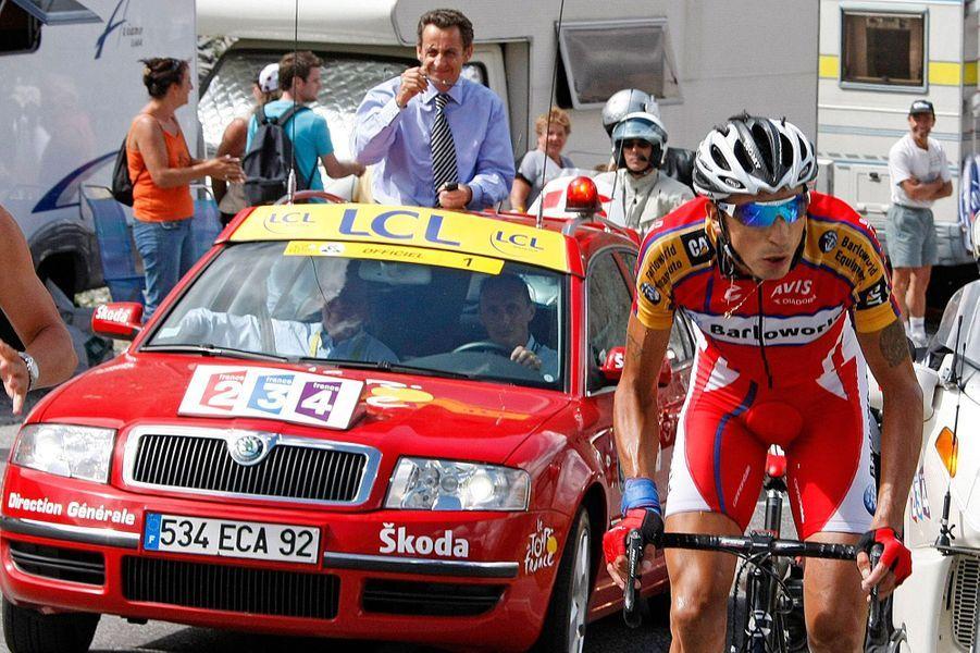Ce 17 juillet 2007, Nicolas Sarkozy est de retour sur le Tour de France, en tant que président de la République cette fois. Il a pris place dans la voiture du directeur du Tour pour suivre l'étapeVal d'Isère - Briançon.
