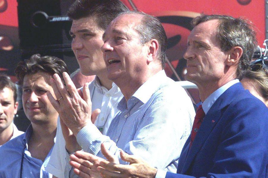 Jacques Chirac le 18 juillet 1998, entouré de David Douillet et Jean-Claude Killy, applaudit les coureurs lors de l'étape entre Meyrignac-L'Eglise-et Corrèze.