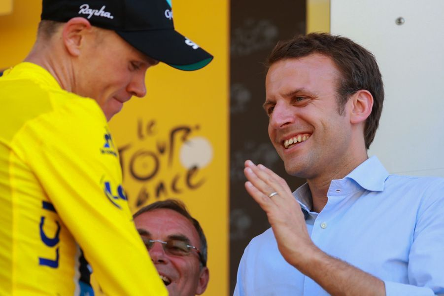 Emmanuel Macron, ministre de l'Economie et pas encore candidat à la présidentielle, assiste à l'étape entre Pau et Bagnères-de-Luchon le 9 juillet 2016. Il félicite le maillot jauneChristopher Froome.