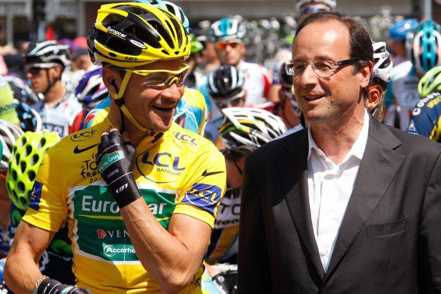 Candidat à la primaire socialiste, François Hollande pose avec le chouchou des Français Thomas Voeckler, le 16 juillet 2011, alors que le Tour relie Saint-Gaudens au Plateau de Beille.