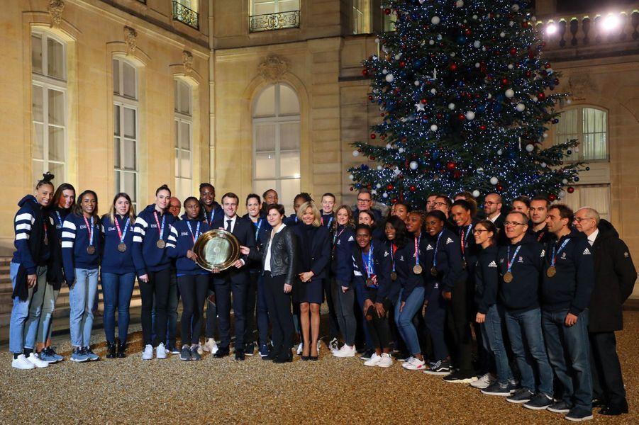 Les handballeuses championnes à l'Elysée, lundi soir, avec Emmanuel et Brigitte Macron.
