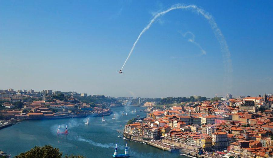 Le Red Bull Air Race, c'est la formule 1 de l'acrobatie aérienne. Nous avons suivi le champion français aux épreuves de Porto et Budapest.