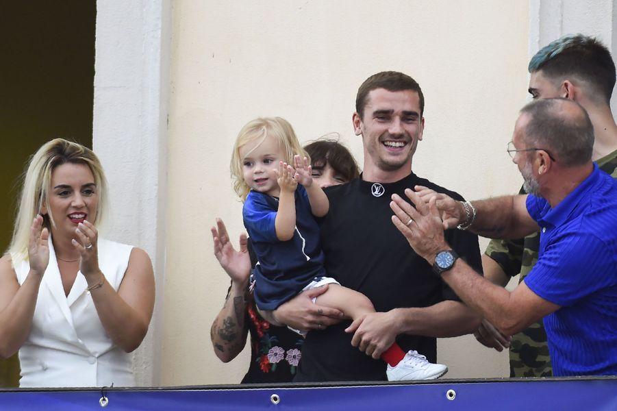 Antoine Griezmann à Mâcon avec sa fille Mia et sa compagneErika Choperena