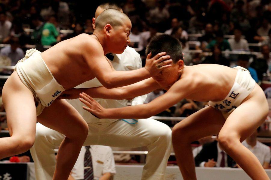 Des adversaires de ce tournoi luttent désespérément l'un contre l'autre pour se déséquilibrer l'un l'autre.
