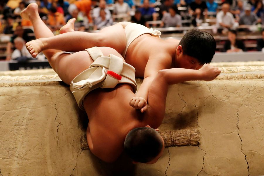 Les jeunes s'affrontent dans des matchs sans relâche qui exigent qu'un adversaire pousse l'autre hors du ring ou le force à toucher le sable.