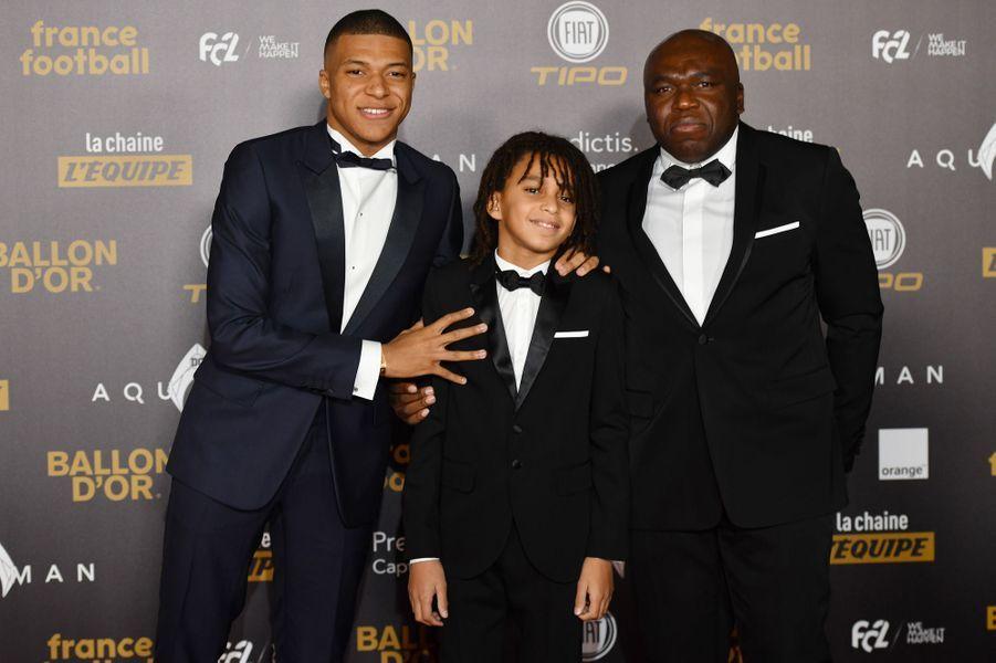 Kylian Mbappé avec son petit frère et son père