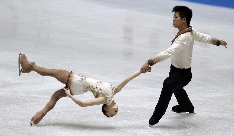 Les Japonais Narumi Takahashi et Mervin Tran lors du trophée mondial de patinage, à Tokyo, samedi.