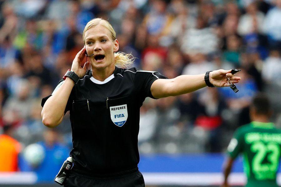 Bibiana Steinhaus est devenue dimancheen Allemagne la première femme à diriger un match de première division professionnelle en Europe.