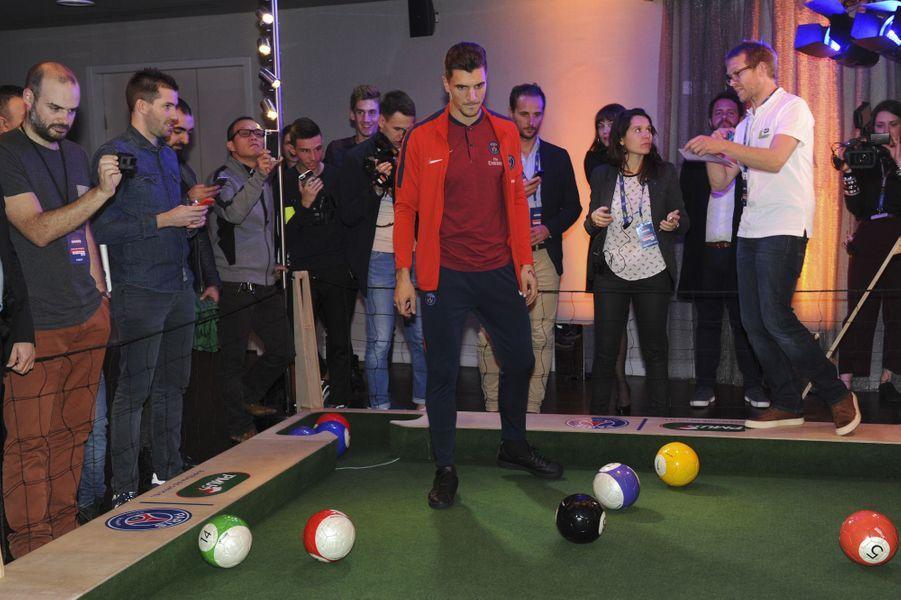 Thomas Meunier joue à un jeu de billard géant.