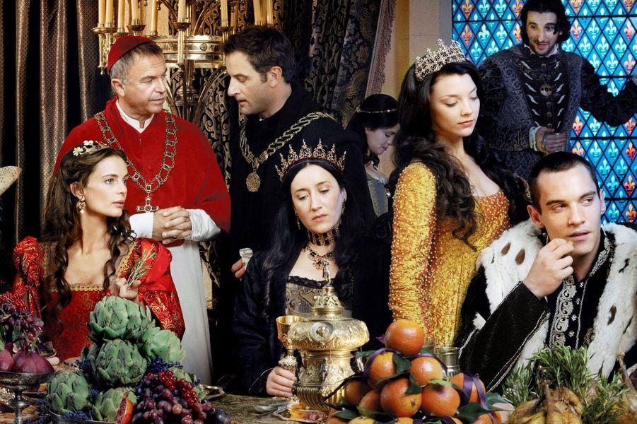 La série met en scène Jonathan Rhys Meyers dans le rôle d'Henri VIII, roid'Angleterre et d'Irlandequi gouverna pendant 37 ans. On le découvre quelques temps après son mariageavecCatherine d'Aragon et on le suit augréde ses six mariages.Bien que certaines libertés aient été prises avec la réalité historique (par exemple sur la date de mariage de la soeur du roi et sur son prénom réel),les protagonistes importants de l'Histoire sont présents dans la série : Anne Boleyn (Natalie Dormer) qui finira décapitée pour adultère, Charles Brandon (Henry Cavill) qui se mariera avec la soeur du roi, Thomas Cromwell (James Frain) qui sera l'artisan de l'Eglise anglicane, Thomas More (Jeremy Northam) qui sera un temps le bras droit du roi...Dans le même genre, méritent d'être citées les séries «Les Borgia» ou «Reign».