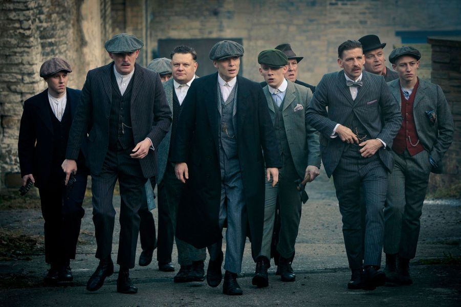 Arte vient tout juste de finir la diffusion de «Peaky Blinders», une série qui s'inspire d'un gang ayant réellement existé dans l'Angleterre de la fin du XIXème siècle. Steven Knight, le créateur de la série, n'est pas le premier à avoir choisi de reprendre librement des faits réels pour construire une série. En voici la preuve.«Peaky Blinders»Dans les années 1890, une groupe de voyous terrorise les habitants de la ville de Birmingham. Ils sont surnommés les «Peaky Blinders» (les «visières aveuglantes»). Cette appellation vient du fait que des lames de rasoir, étaient cousues dans la visière de leurs casquettes afin de sabrer le front d'un adversaire et de l'aveugler pendant la bagarre. En 1899, un nouveau directeur de la police, Charles Haughton Rafter, reconnu pour son action sévère à Dublin, était venu en ville pour stopper les agressions perpétrées dans la ville.C'est ce postulat de base que nous retrouvons dans la série qui a débuté en 2013. Les «Peaky Blinders» sont membres d'une même famille : les Shelby (ce qui n'est pas le cas dans le groupe originel). Leurs activités, somme toute peu légales, viennent être contrariées par l'arrivée d'un inspecteur de Dublin : Chester Campbell. Néanmoins, l'intrigue se place en 1919 soit presque vingt ans après la disparition du réel gang.