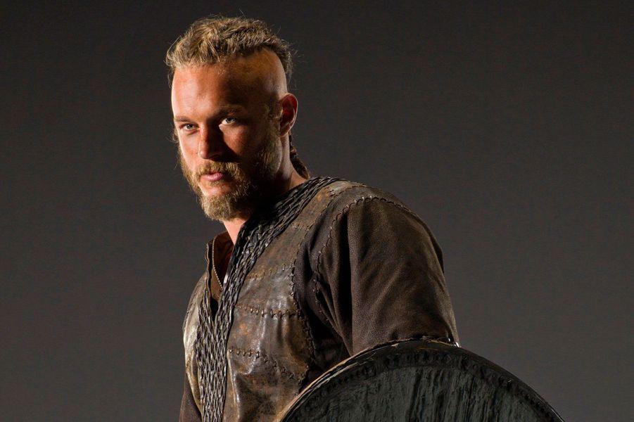 """Les us et coutumes des Vikings ne sont pas les seuls éléments réalistes dans la série créée par Michael Hirst. En effet, Ragnar Lodbrok, le personnage principal de la production de la chaîne History, a réellement existé. Le vrai Ragnar était un grand guerrier Viking, marié plusieurs fois et père à de nombreuses reprises, ayant ravagé l'Europe au milieu du IXème siècle.«On a quelques certitudes sur Ragnar Lodbrok, on sait qu'il s'est marié trois fois, qu'il a eu beaucoup de fils, et on sait même comment il est mort (...) Ragnar veut dire """"descendant de dieu"""", et il semble que le vrai Lodbrok croyait fermement être le fils d'Odin, le dieu de la guerre… mais aussi du savoir et de la curiosité», a expliqué Michael Hirst, dans une interview accordée à«Télérama»."""