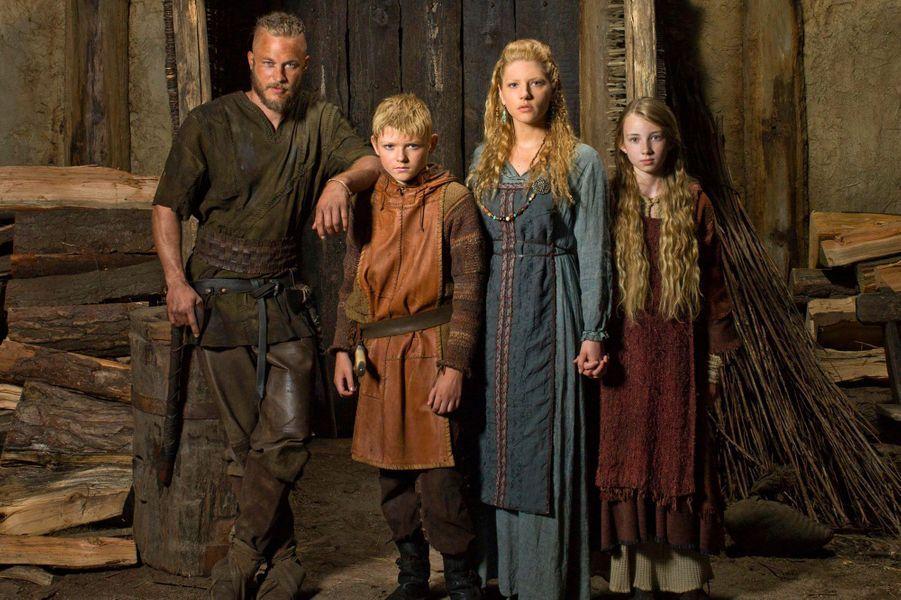 """Les us et coutumes des Vikings ne sont pas les seuls éléments réalistes dans la série créée par Michael Hirst. En effet,Ragnar Lodbrok, le personnage principal de la production de la chaîne History, a réellement existé.Le vrai Ragnar était un grand guerrier Viking, marié plusieurs fois et père à de nombreuses reprises, ayant ravagé l'Europe au milieu du IXème siècle.«On a quelques certitudes sur Ragnar Lodbrok, on sait qu'il s'est marié trois fois, qu'il a eu beaucoup de fils, et on sait même comment il est mort (...) Ragnar veut dire """"descendant dedieu"""", et il semble que le vrai Lodbrok croyait fermement être le fils d'Odin, le dieu de la guerre… mais aussi du savoir et de la curiosité», a expliqué Michael Hirst, dans une interview accordée à«Télérama»."""