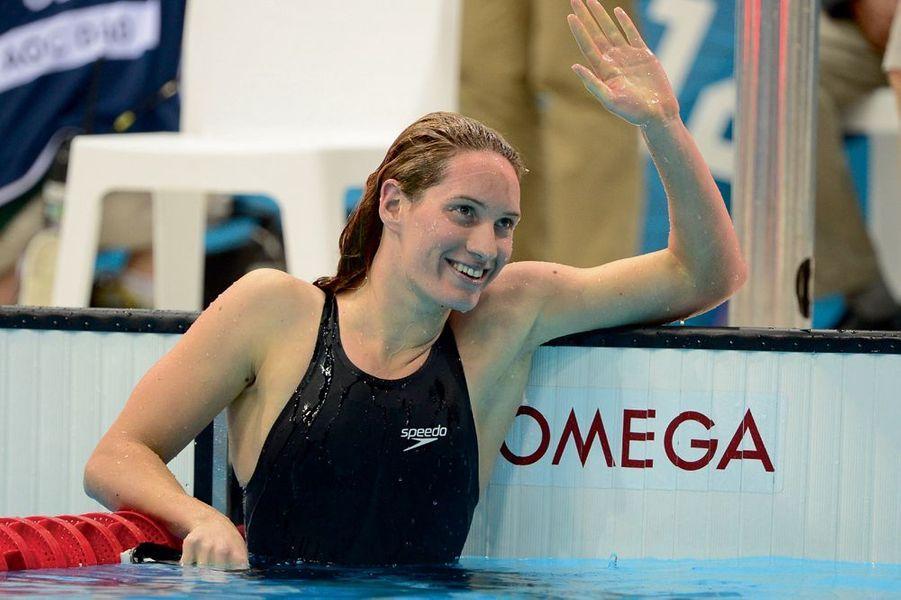 Le 31 juillet 2012, après la finale du 200 m nage libre à Londres. Elle remportera l'argent après avoir décroché l'or au 400 m. Sa vie, c'était du ciel bleu sans aucun nuage. Camille Muffat avait réalisé son rêve d'enfant, devenir championne olympique de natation. L'an dernier, couverte de médailles, la Niçoise décidait, à 24 ans, d'abandonner la compétition. De profiter enfin de sa vie de femme. Et de relever de nouveaux défis. Elle voulait faire « Koh- Lanta », mais a accepté avec bonheur de participer à « Dropped ». La semaine dernière, elle confiait à son agent avoir passé en Argentine l'une des plus belles semaines de son existence. Depuis quelques années, Camille partageait la vie de William Forgues, membre de l'équipe de France de sauvetage sportif. « Elle est partie super heureuse », a déclaré, en larmes, son amoureux.Elle est celle qui a battu Laure Manaudou. A seulement 15 ans. Sur les jeunes épaules de « la surdouée des bassins » ont reposé dès 2005 tous les espoirs de la natation française. Six heures d'entraînement et 15 kilomètres par jour, la championne du monde 2010 en petit bassin consacre une année entière à préparer les Jeux de 2012. Et décroche trois médailles dont une en or. Fille d'un kiné et d'une assistante maternelle de Nice passionnés de natation, elle nage depuis l'âge de 7 ans. A 25 ans, Camille peut enfin découvrir de nouveaux horizons, sans quitter pour autant le bord des piscines. Parmi ses nombreux projets, elle voulait partager son expérience de championne avec les jeunes de petits clubs français : une dizaine de dates avaient été déjà prises entre mars et septembre.
