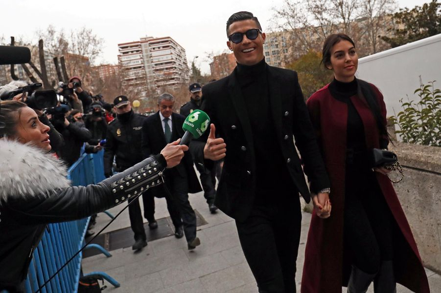 La star portugaise Cristiano Ronaldo a été condamné à deux ans de prison, une peine commuée en une amende de 18,8 millions d'euros pour fraude fiscale ce mardi. Convoqué au tribunal à Madrid, l'ancien attaquant du Real Madrid a fait le show, sourire figé de rigueur et selfies avec les fans.