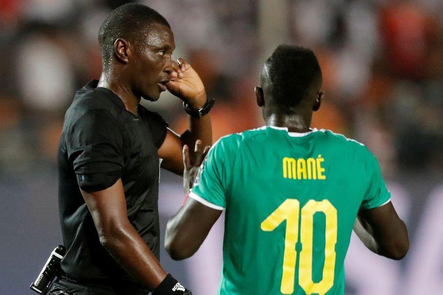Sadio Mané a beau protesté, le penalty ne sera pas accordé.