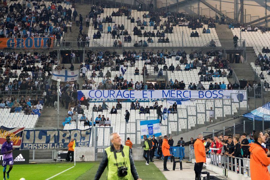 """Les supporters marseillais ont rendu hommage à l'ancien """"Boss"""" de l'OM, Bernard Tapie, malade."""