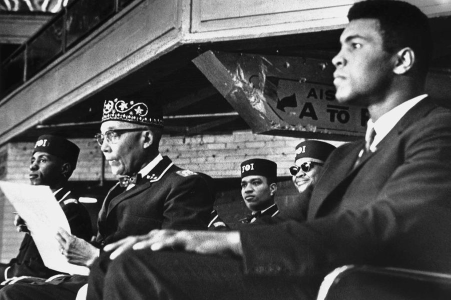 Cassius Clay, converti à l'islam, à un meeting d'Elijah Muhammad, chef de Nation of Islam