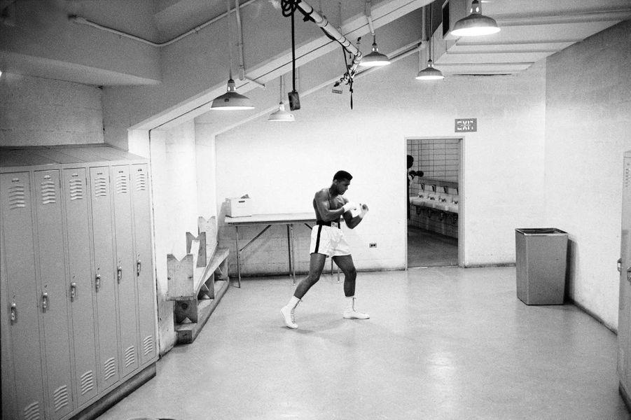 Mohamed Ali avant un combat contre Charlie Powell en 1963