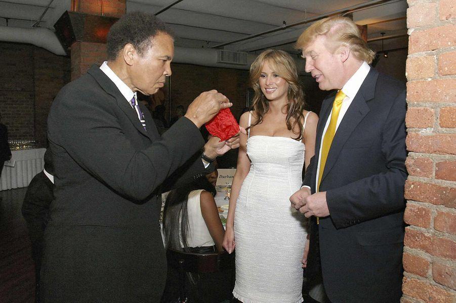 Mohamed Ali avec Donald et Melania Trump en 2005, à l'occasion de la venue de Nelson Mandela