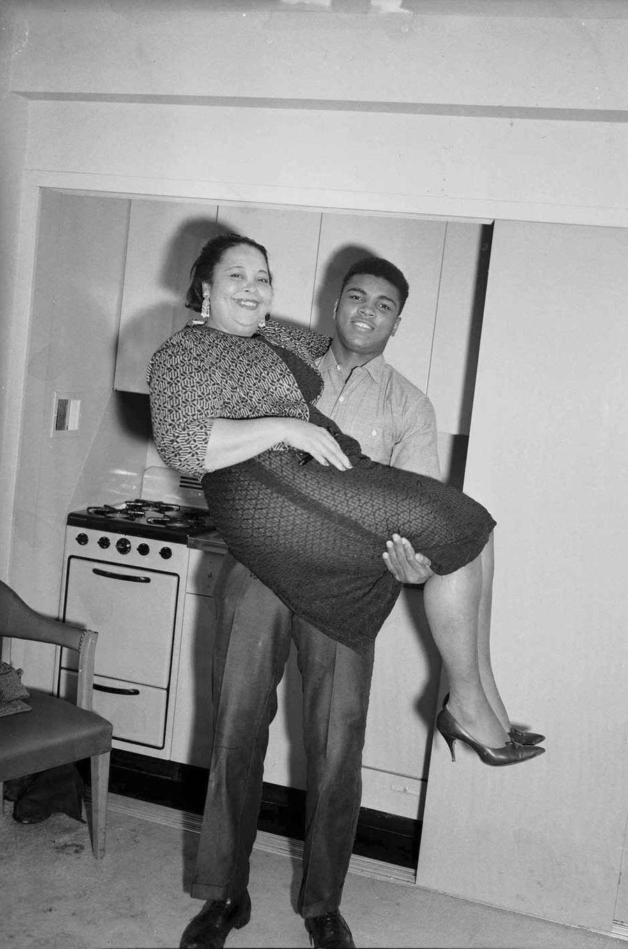 Mohamed Ali avec sa maman en 1963