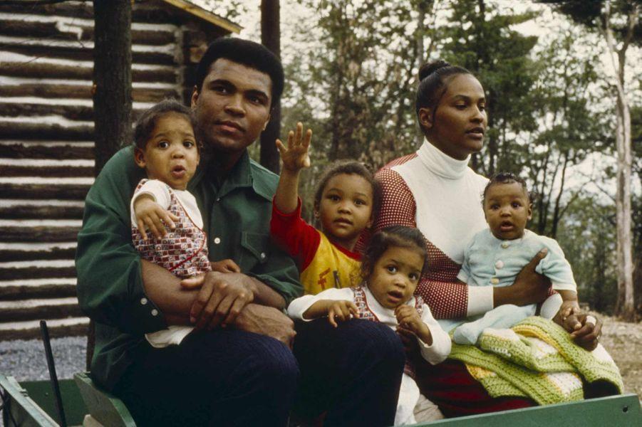 Mohamed Ali avec ses enfants et sa femme Belinda en 1974