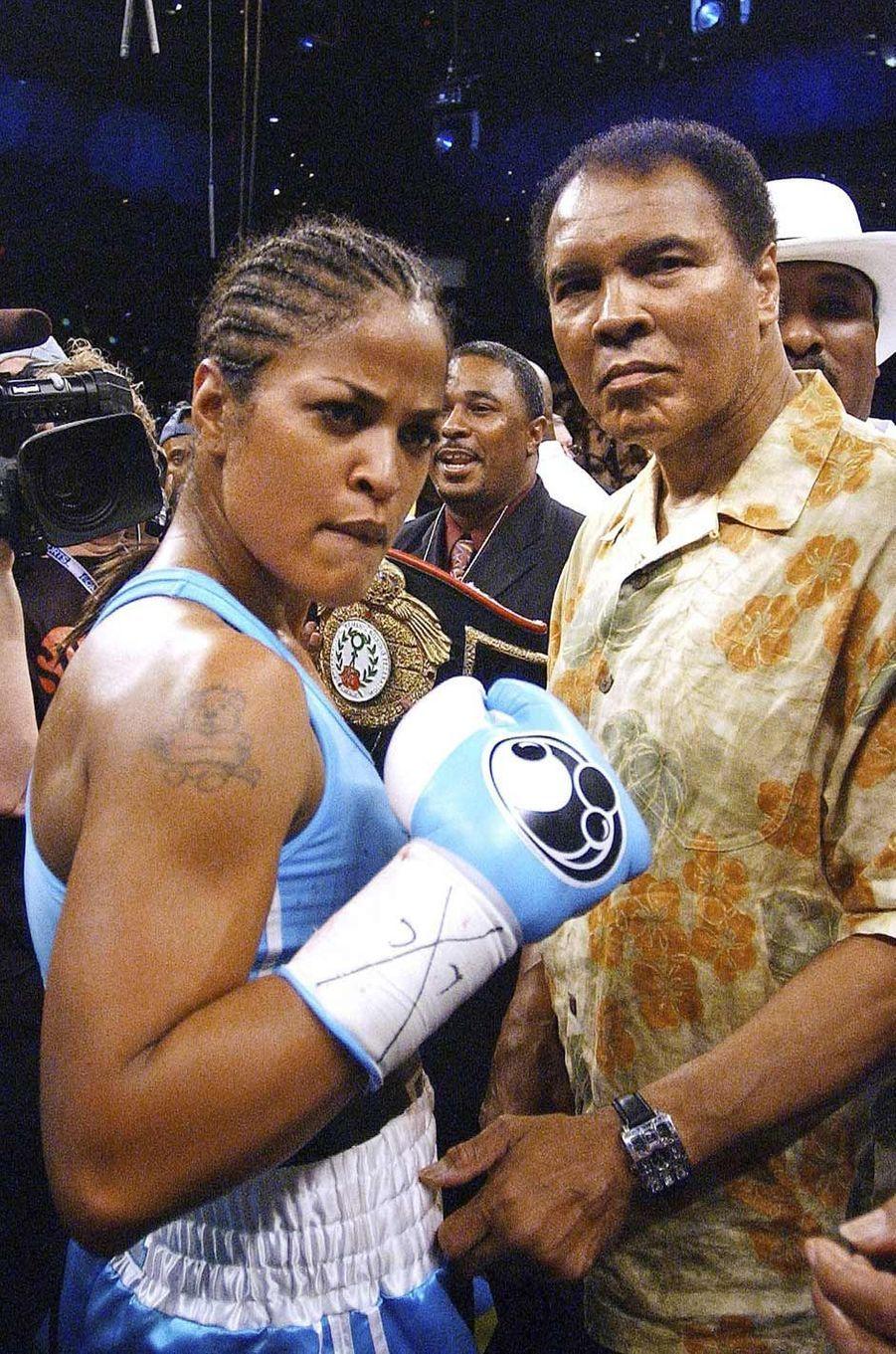 Mohamed Ali félicitant sa fille Laila, également boxeuse