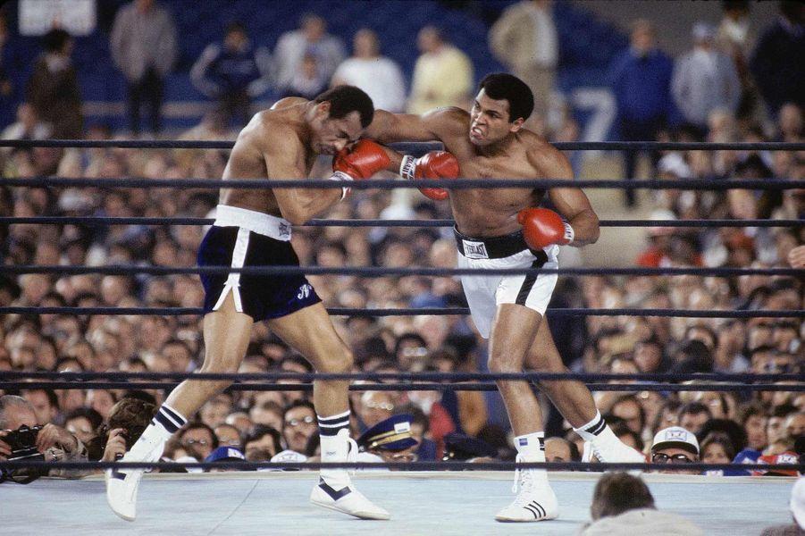 Mohamed Ali sur le ring en 1976, année où il mit fin à sa carrière avant de revenir sur sa décision deux mois plus tard