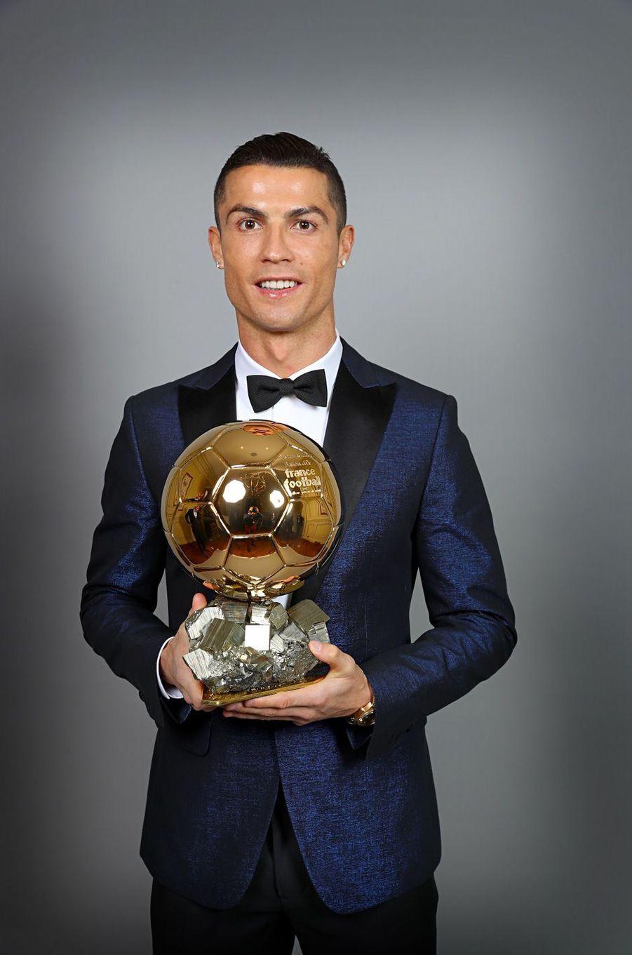 Cristiano Ronaldo a reçu jeudi 7 décembre son cinquième Ballon d'or à Paris.