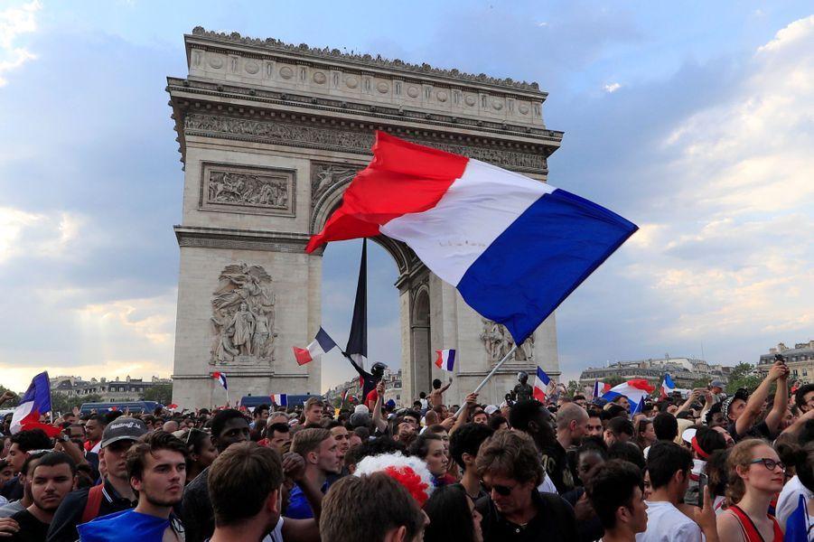L'équipe de France de football a remporté une deuxième Coupe du monde en dominant la Croatie (4-2), dimanche, à Moscou en Russie. Et c'est tout un peuple qui chante et danse ce soir. Ici, à Paris.