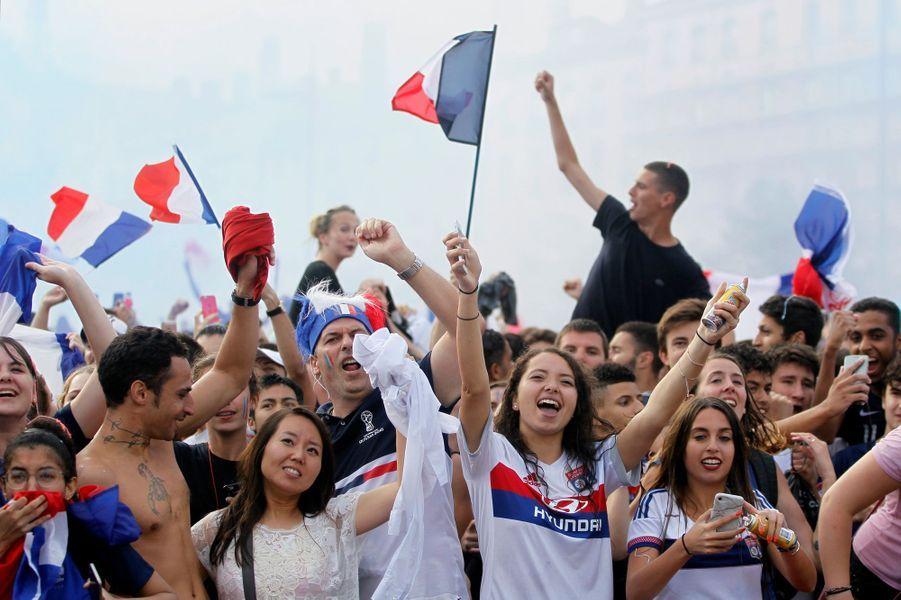 L'équipe de France de football a remporté une deuxième Coupe du monde en dominant la Croatie (4-2), dimanche, à Moscou en Russie. Et c'est tout un peuple qui chante et danse ce soir. Ici, à Lyon.