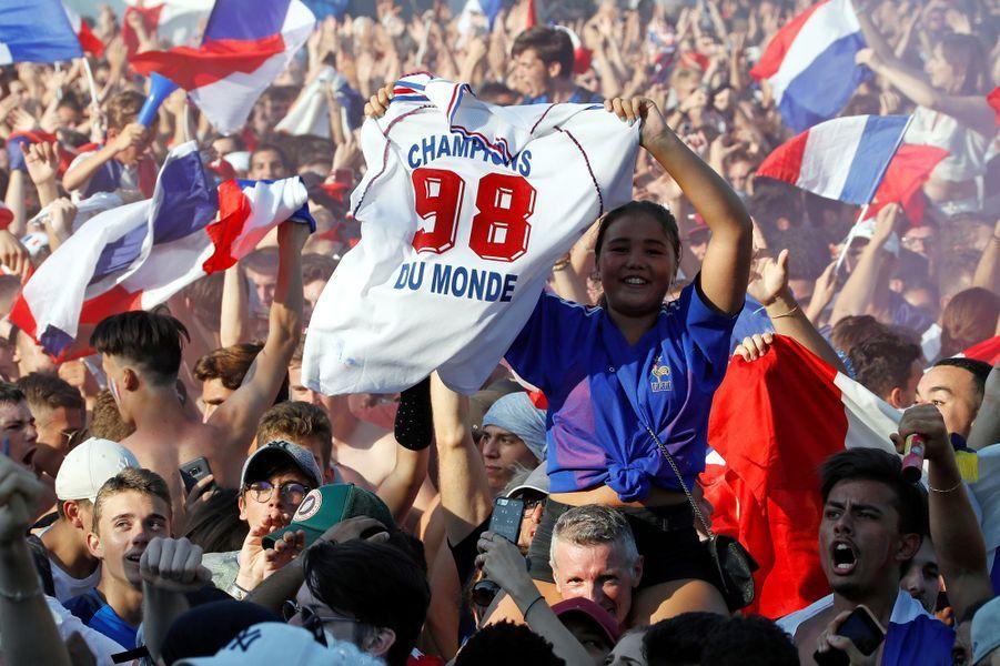 L'équipe de France de football a remporté une deuxième Coupe du monde en dominant la Croatie (4-2), dimanche, à Moscou en Russie. Et c'est tout un peuple qui chante et danse ce soir.