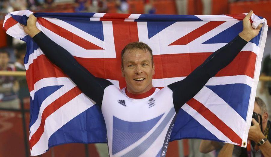 Ils sont deux à être devenus les rois de la piste lors de ces JO. Le premier est Anglais, et avait été choisi à 36 ans pour porter le drapeau de la délégation de la Grande-Bretagne. Chris Hoy a été sacré champion olympique à deux reprises, devant son public en cyclisme sur piste.