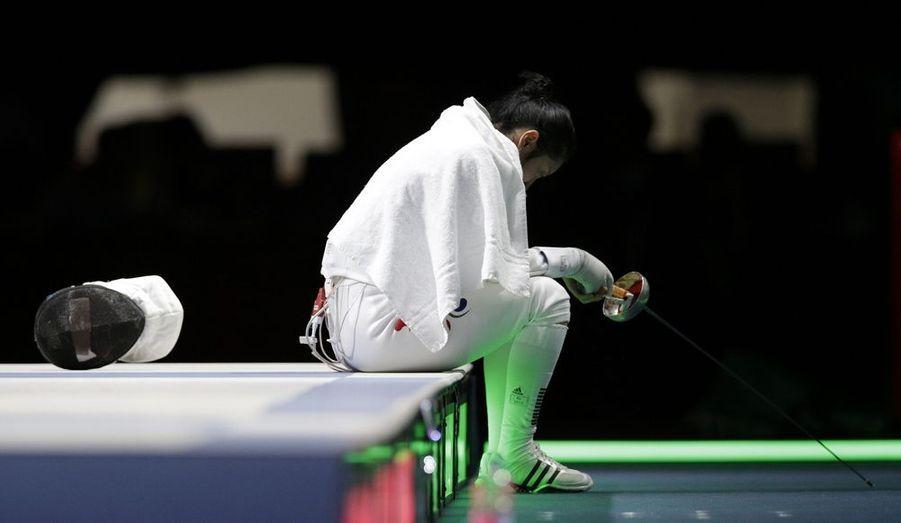 Le nom de Shin A Lam sera peut-être oublié dans quelques années, mais pas cette image. L'épéiste sud-coréenne s'est rendue célèbre malgré elle, en restant assise sur la piste d'escrime pendant près d'une heure, laissant couler des larmes de détresse sur son visage. Elle a contesté la décision des juges qui avaient comptabilisé la touche de son adversaire, l'Allemande Britta Heidemann, la déclarant ainsi vainqueur. D'après la Sud-Coréenne et son staff, le chronomètre se serait bloqué sur la dernière seconde, permettant ainsi l'Allemande de marquer. Malgré une réclamation, de longs visionnages vidéo, et la détermination de Shin A Lam, les juges lui ont donné tort. Elle a cependant pu retrouver le sourire quelques jours plus tard, en remportant une médaille d'argent par équipe.