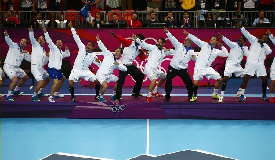 """Les Jeux Olympiques de Londres ont été le terrain de jeu de 10 565 athlètes, qui ont tous eu pour objectif d'inscrire leur nom dans l'Histoire du Sport. Retour sur cette quinzaine, et sur les grands moments qui resteront ancrés dans les mémoires. Parmi eux, celui qui a clôturé les Jeux de Londres, la victoire de l'équipe de France de handball. Depuis 2008, les """"Experts"""" ont raflé quasiment tous les titres. Ils sont montés sur la plus haute marche du podium à cinq reprises. Ils ont été sacrés champions du Monde en 2009 et en 2011, et champions d'Europe en 2010. A Londres, ils ont réussi l'exploit qu'aucune équipe de handball avant eux n'avait réussi: conserver leur titre de champions olympiques, qu'ils avaient remporté quatre ans auparavant à Pékin."""