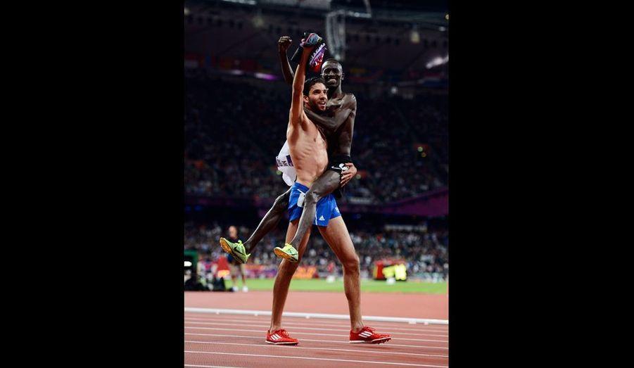 Il s'agit surement de l'une des plus belles images des ces Jeux. Le kenyan Ezekiel Kemboi après avoir franchi en premier la ligne d'arrivée du 3000 mètres steeple, s'est jeté dans les bras de son rival et ami, le français Mahiedine Mekhissi. Les deux athlètes se sont échangés les maillots, et ont entamé un tour d'honneur avec le maillot de l'autre. Une belle image de respect, malgré la rivalité.