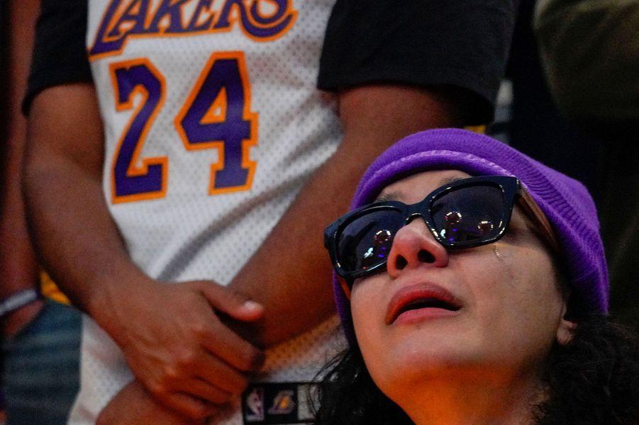 Les fans de Kobe Bryant pleurent leur idole devant le Staples Center de Los Angeles.