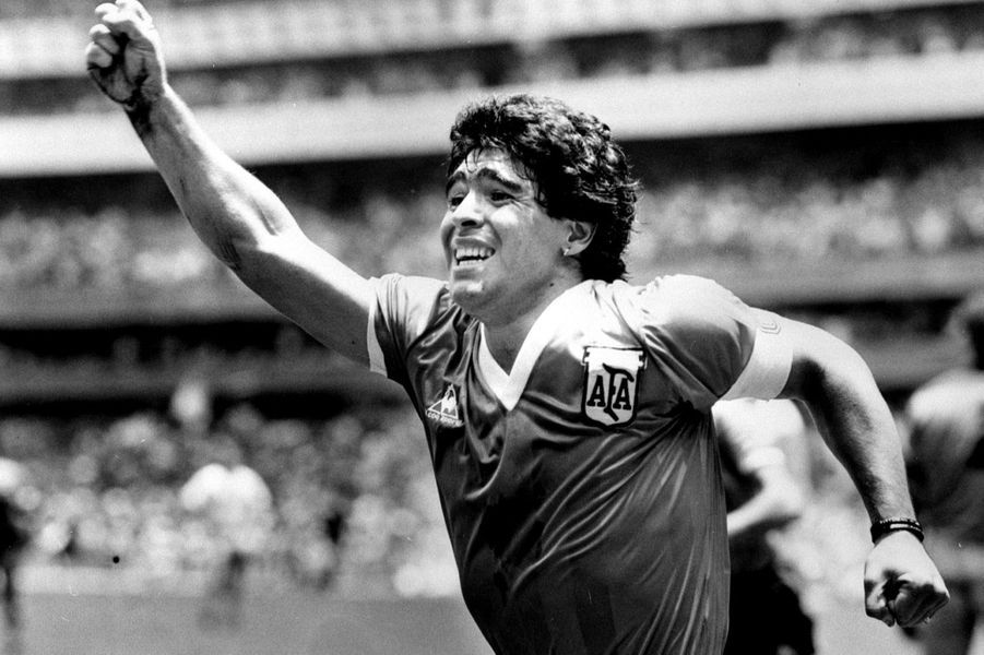 Diego Maradona exulte après avoir inscrit le premier but - la main de Dieu - face à l'Angleterre lors de la Coupe du Monde 1986.