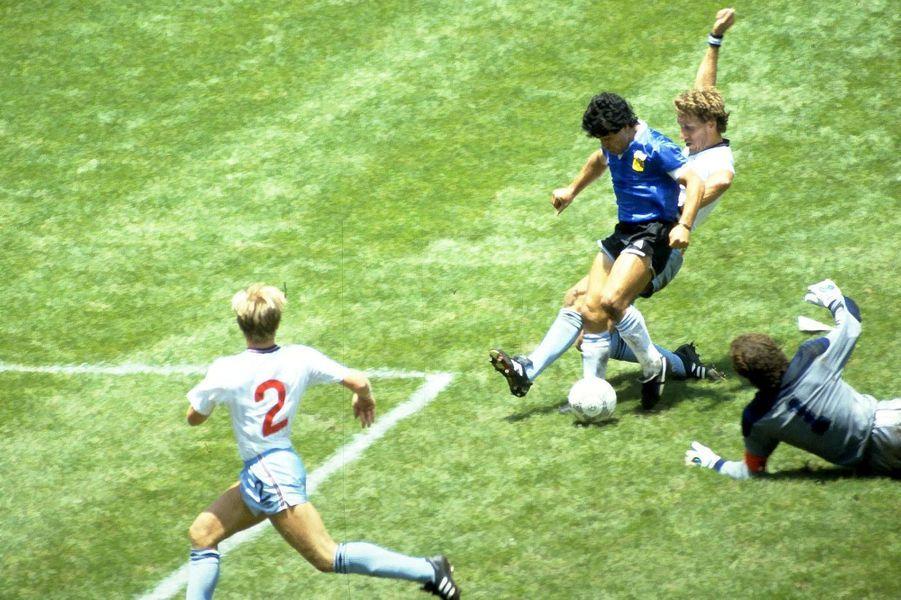 Diego Maradona marque le deuxième but face à l'Angleterre lors de la Coupe du Monde 1986.