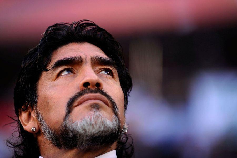 Diego Maradona en 2010, lors de l'élimination de l'Argentine face à l'Allemagne.