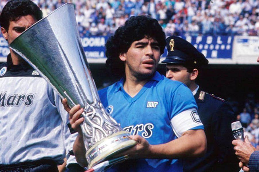 Diego Armando Maradona, la Coupe de l'UEFA dans les mains en 1990.